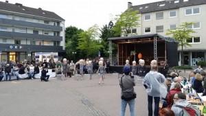 Ein spannende Stunde Straßentheater, von Musik untermalt.